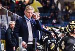 Stockholm 2014-10-14 Ishockey Hockeyallsvenskan AIK - Malm&ouml; Redhawks :  <br /> AIK:s tr&auml;nare Peter Gradin ser fundersam ut n&auml;r han r&auml;ttar till sitt headset<br /> (Foto: Kenta J&ouml;nsson) Nyckelord:  AIK Gnaget Hockeyallsvenskan Allsvenskan Hovet Johanneshov Isstadion Malm&ouml; Redhawks tr&auml;nare manager coach portr&auml;tt portrait