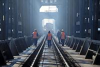 - cutting and lifting of railway bridge over the river Po at Pontelagoscuro for let to pass the flood of October 2000....- taglio e solevamento del ponte ferroviario sul fiume Po a  Pontelagoscuro per far passare la piena dell'ottobre 2000