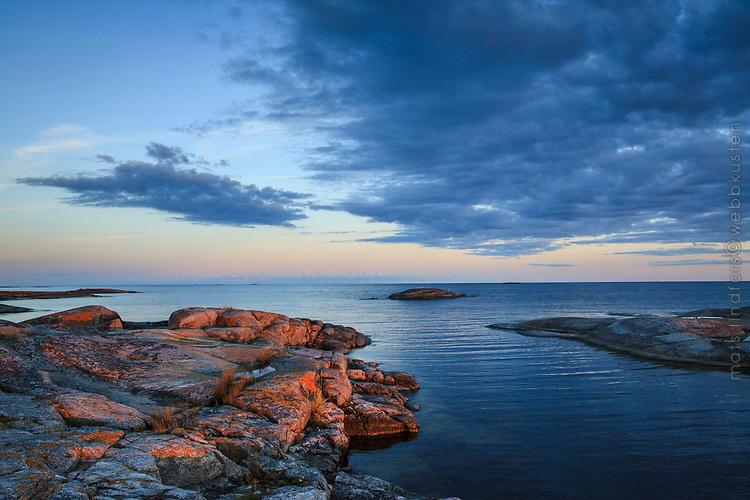 Klippor vid havet på Svartskär i Stockholms skärgård