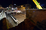 UTRECHT - In het centrum van Utrecht is in het holst van de nacht de eerste brug voor de Catharijnesingel naar zijn plek geschoven. In opdracht van de Projectorganisatie Stationsomgeving heeft Movares de Moreelsebrug ontworpen die door aannemer Van Spijker in alle rust op de Nederlands' kortste snelweg, de Catharijnebaan, is opgebouwd. Het betonnen kunstwerk wordt de eerste oeververbinding van de opnieuw tot gracht om te bouwen Catharijnesingel. COPYRIGHT TON BORSBOOM