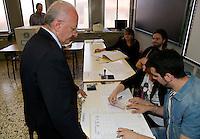 """il candidato presidente Vincenzo De Luca al voto alla scuola """"da Procida"""" in via Manganario Salerno"""