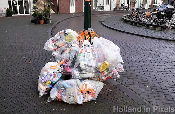 Nederland - Gouda - December 2018.  Gescheiden afval. Plastic zakken met afval hangen aan een paal.  Foto Berlinda van Dam / Hollandse Hoogte