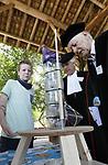 Foto: VidiPhoto<br /> <br /> ARNHEM - Ruim 500 basisschoolleerlingen uit Nederland en Belgi&euml;, ging donderdag met elkaar de strijd aan in de grote finale van het jaarlijkse Techniek Toernooi in het Nederlands Openluchtmuseum in Arnhem. De scholieren toonden daar hun zelf ontworpen technische oplossingen, waar ze op school wekenlang aan hadden gewerkt. Verder waren er tal van demonstraties en kregen liefhebbers 'tramles' in een heuse tram bij de remise van het Openluchtmuseum. In totaal zijn er dit jaar zo'n 12.000 leerlingen in de klas aan de slag gegaan met lesmateriaal van het Techniek Toernooi. De beste teams uit de regio's stonden donderdag in de grote finale. De acht opdrachten hadden dit jaar te maken met vooruitgang. Het Techniek Toernooi is dit jaar voor de dertiende keer georganiseerd door de Nederlandse Natuurkundige Vereniging, met als doel wetenschap en techniek in het onderwijs te stimuleren.