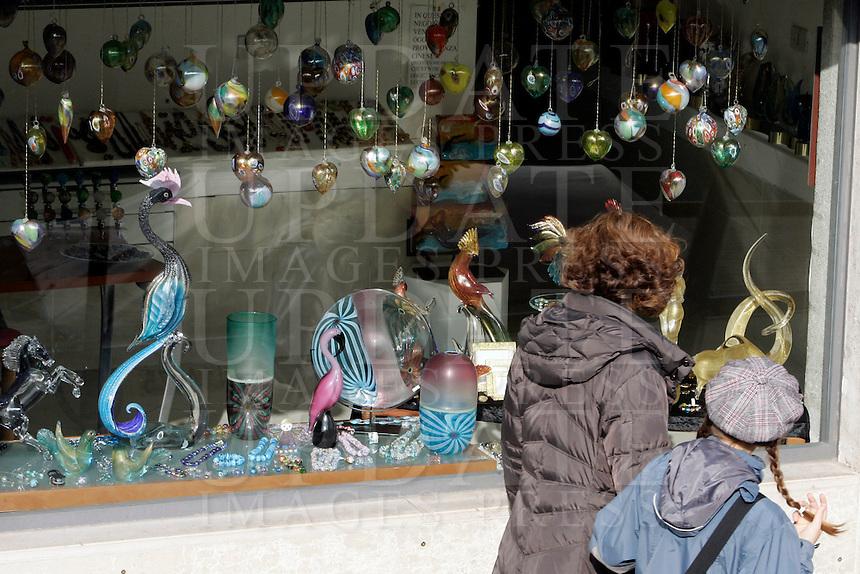Negozi di prodotti in vetro artistico alla Fondamenta dei Vetrai, nell'isola di Murano, Laguna di Venezia.<br /> Glass shops in Fondamenta dei Vetrai in Murano, Venice's Lagoon.<br /> UPDATE IMAGES PRESS/Riccardo De Luca