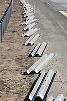 demontierte Leitplanke: EUROPA, DEUTSCHLAND, HAMBURG, BERGEDORF 15.04.2013: Eine Schutzplanke (umgangssprachlich und fachsprachlich veraltet auch Leitplanke) ist eine passive Schutzeinrichtung aus Metall  an Straßen. Sie dient im Wesentlichen dazu, das Abkommen eines Fahrzeugs von der Fahrbahn zu verhindern und Bereiche außerhalb der Fahrbahn vor einem Fahrzeuganprall zu schuetzen.