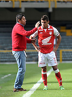 BOGOTA - COLOMBIA-27-04-2013: Wilson Gutierrez, técnico del Independiente Santa Fe, da instrucciones a Juan Roa durante partido en el estadio Nemesio Camacho El Campin de la ciudad de Bogota, abril 27 de 2013. Independiente Santa Fe y Envigado F.C. durante partido por la decimotercera fecha de la Liga Postobon I. (Foto: VizzorImage / Luis Ramirez / Staff).  Wilson Gutierrez, coach of Independiente Santa Fe gives instructions to Juan Roa during game in the Nemesio Camacho El Campin stadium in Bogota City, April 27, 2013. Independiente Santa Fe and Envigado F.C. in a match for the thirteenth round of the Postobon League I. (Photo: VizzorImage / Luis Ramirez / Staff).