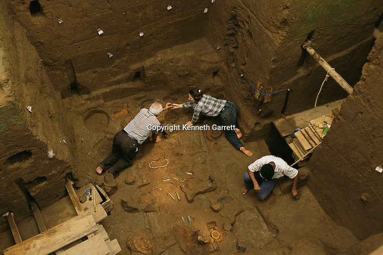 Takalik Abaj, Archaeologist Christa Schieber de Lavarreda and Miguel Orrego Corzo excavate royal burial, early Maya grave, Guatemala, archaeology, Americas, artifact