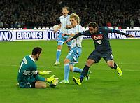 Gonzalo Higuain Basta  Etrit Berisha durante l'incontro di ritorno della semifinale  Tim Cup tra     Napoli - Lazio allo  Stadio San Paolo  di Napoli ,08 Aprile  2015