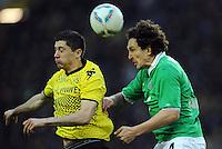 FUSSBALL   1. BUNDESLIGA   SAISON 2011/2012   23. SPIELTAG Borussia Dortmund - Hannover 96                        26.02.2012 Robert Lewandowski (li, Borussia Dortmund) gegen Emanuel Pogatetz (re, Hannover 96)