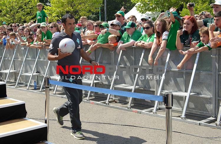 28.07.2013, Weserstadion, Bremen, GER, 1.FBL, Werder Bremen Tag der Fans 2013, im Bild Robin Dutt (Trainer Werder Bremen)<br /> <br /> Foto &copy; nph / Frisch