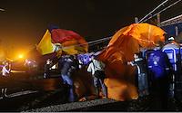 TORRES, RS, 03 DE MAIO 2013 - FESTIVAL INTERNACIONAL DE BALONISMO -  Vento forte durante Night Glow  arrasta baloes para fora da arena dos Baloes durante Festival Internacional de Balonismo, na cidade de Torres, litoral norte do Rio Grande do Sul, nesta sexta-feira, 03. O evento reune pilotos de vários lugares do mundo como Argentina, Peru, Austrália, França e Reino Unido e segue até domingo (5).FOTO: VANESSA CARVALHO - BRAZIL PHOTO PRESS.