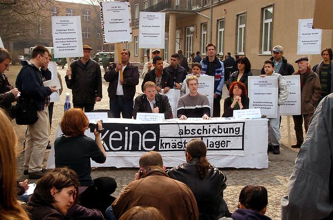 Protest gegen Auslaenderbehoerde in Berlin<br /> Mehrere antirassistische Initiativen, unter ihnen die Antirassistische Initiative (ARI), sowie die Jugendorganisationen von PDS (solid) und JungdemokratInnen/Junge Linke Veranstalteten am Donnerstag den 27. Maerz 2003 vor der Auslaenderbehoerde ein Kundgebung unter dem Motto &quot;Aschiebeknaeste oeffnen - Auslaenderbehoerden schliessen&quot;. Ausloeser fuer die Kundgebung waren die vermehrten Suizid-Versuche im Abschiebegefaengnis Berlin-Gruenau.<br /> Hier: Im Anschluss an die Kundgebung fand eine Pressekonferenz mit dem Rechtsanwalt und Fraktionsvorsitzenden von B90/Die Gruenen im Berliner Abgeordnetenhaus, Volker Ratzmann (links) und einer Vertreterin der Initiative gegen Abschiebehaft (rechts) statt.<br /> 27.3.2003, Berlin<br /> Copyright: Christian-Ditsch.de<br /> [Inhaltsveraendernde Manipulation des Fotos nur nach ausdruecklicher Genehmigung des Fotografen. Vereinbarungen ueber Abtretung von Persoenlichkeitsrechten/Model Release der abgebildeten Person/Personen liegen nicht vor. NO MODEL RELEASE! Nur fuer Redaktionelle Zwecke. Don't publish without copyright Christian-Ditsch.de, Veroeffentlichung nur mit Fotografennennung, sowie gegen Honorar, MwSt. und Beleg. Konto: I N G - D i B a, IBAN DE58500105175400192269, BIC INGDDEFFXXX, Kontakt: post@christian-ditsch.de<br /> Bei der Bearbeitung der Dateiinformationen darf die Urheberkennzeichnung in den EXIF- und  IPTC-Daten nicht entfernt werden, diese sind in digitalen Medien nach &sect;95c UrhG rechtlich geschuetzt. Der Urhebervermerk wird gemaess &sect;13 UrhG verlangt.]