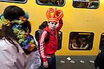 Amsterdam, 30 april 2011.Koninginnedag op en rond Amsterdam Centraal Station; feestvierders zoeken hun trein naar huis..Foto Felix Kalkman