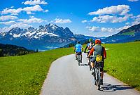 Oesterreich, Tirol, Fieberbrunn: mountainbiking oberhalb von Fieberbrunn, im Hintergrund die schneebedeckten Gipfel des Wilden Kaiser | Austria, Tyrol, Fieberbrunn: mountainbiking above Fieberbrunn, at background snowcapped summits of Wilder Kaiser mountains