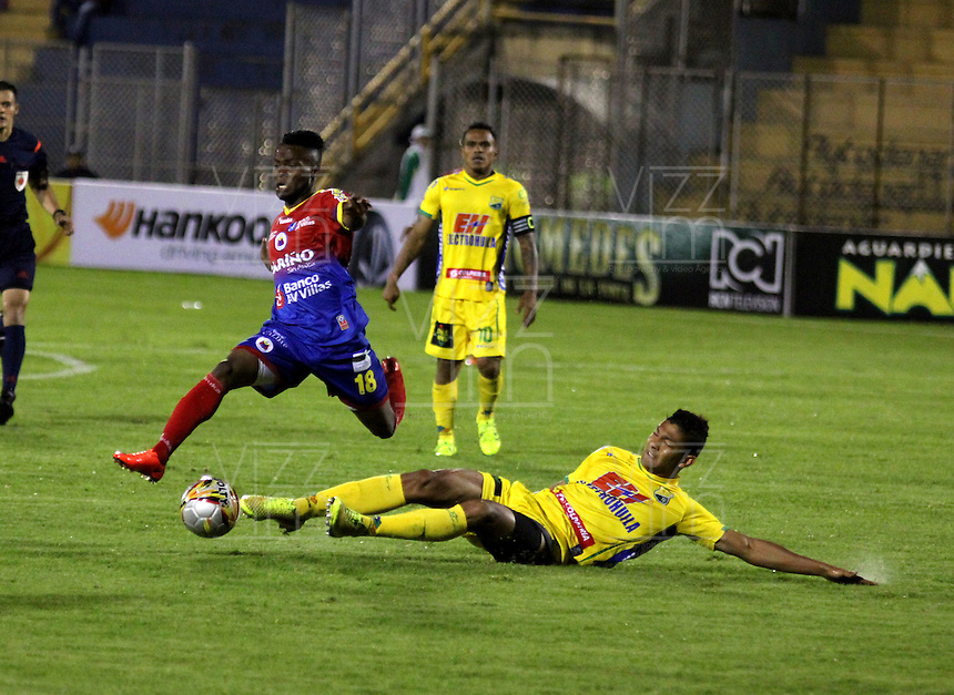PASTO - COLOMBIA -29-10-2015: Yuber Asprilla (Izq.) jugador de Deportivo Pasto disputa el balón con Elvis Gonzalez  (Der.) jugador de Atletico Huila,durante partido Deportivo Pasto y Atletico Huila,por la fecha 17 de la Liga Aguila II 2015, jugado en el estadio Libertad de la ciudad de Pasto.  / Yuber Asprilla (L) player of Deportivo Pasto fights for the ball with Elvis Gonzalez (R) player of Atletico Huila,during a match Deportivo Pasto and Atletico Huila,for the date 17 of the Liga Aguila II 2015 at the Libertad stadium in Pasto city. Photo: VizzorImage. / Leonardo Castro / Cont.