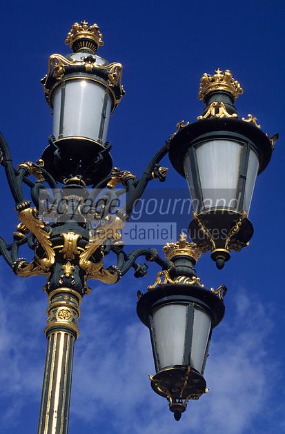 Europe/Espagne/Castille/Madrid : Plaza de Oriente - Le Palais Royal - Détail lampadaire