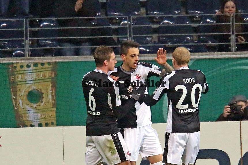 Joselu (Eintracht) hat das 1:0 erzielt und jubelt mit Bastian Oczipka und Sebastian Rode - Eintracht Frankfurt vs. SV Sandhausen, DFB-Pokal, Commerzbank Arena