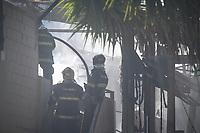 CAMPINAS, SP, 22.04.2018: INCENDIO-SP - Um incêndio atingiu a empresa Super Zinco de tratamento de materias na manhã deste domingo (22) no Parque Jambeiro em Campinas, interior de São Paulo. Segundo informações a área acumulava material quimico, os bombeiros controlaram a chamas e não houve feridos. (Foto: Luciano Claudino/Codigo19)