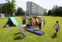 Nederland  Amsterdam 2017. Jaarlijkse camping in de Bijlmer. Buurtcamping Egeldonk. De luchtbedden worden opgeblazen.  Foto mag niet in negatieve context gebruikt worden.   Berlinda van Dam / Hollandse Hoogte