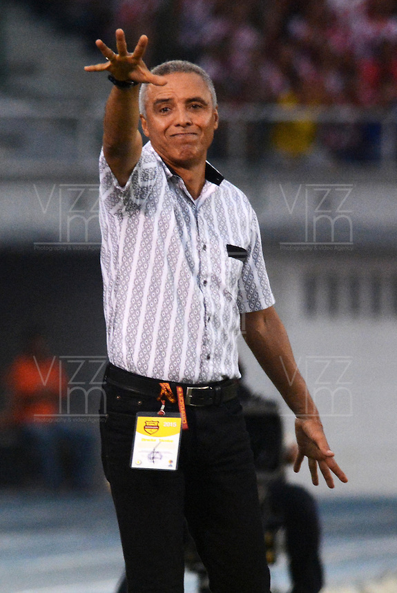 BARRANQUIILLA -COLOMBIA-02-05-2015. Alexis Mendoza técnico del Atlético Junior gesticula durante partido con Deportes Tolima durante partido por la fecha 18 de la Liga Águila I 2015 jugado en el estadio Metropolitano Roberto Meléndez de la ciudad de Barranquilla./ Alexis Mendoza coach of Atletico Junior gestures during the match against Deportes Tolima during match for the 18th  date of the Aguila League I 2015 played at Metropolitano Roberto Melendez stadium in Barranquilla city.  Photo: VizzorImage/ Alfonso Cervantes / Cont