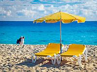 Spanien, Kanarische Inseln, Fuerteventura, Corralejo: 2 Liegen, ein Sonnenschirm am Strand | Spain, Canary Island, Fuerteventura, Corralejo: 2 deckchairs, one parasol, beach