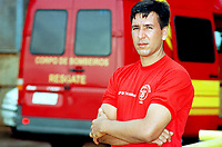 O capitão Cláudio Tavernard, mergulhador do corpo de bombeiros do Pará, foi o primeiro homen a perceber o vazamento de óleo da balsa Miss Rondônia durante o resgate em  porto de vila do Conde, Barcarena, Pará.<br />E afirma que em uma das tentativas da retirada da balsa do fundo ela se deslocou e abriu um buraco de 5 metros entre os sacos de areia colocados contenção, por onde escapou muito óleo.<br />08/03/2000. Foto Paulo Santos/Interfoto