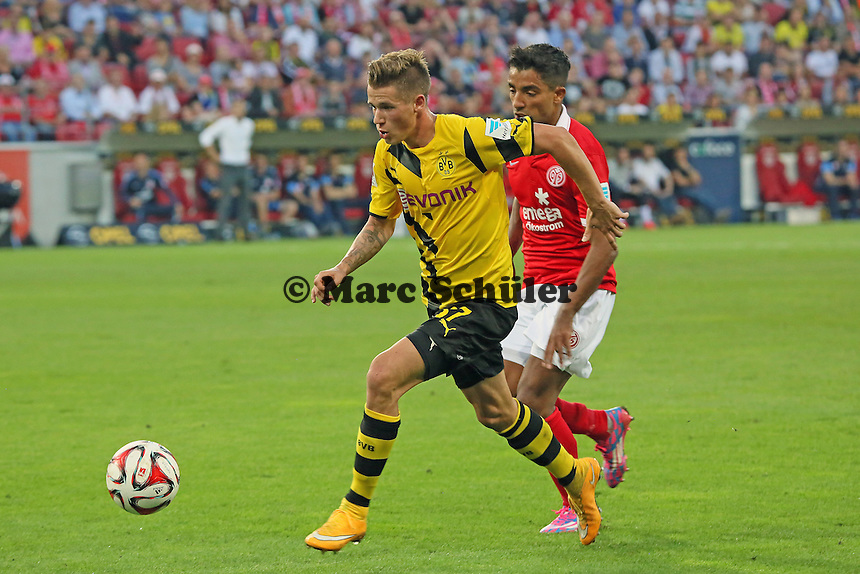 Erik Durm (BVB) setzt sich gegen Gonzalo Jara (Mainz) durch - 1. FSV Mainz 05 vs. Borussia Dortmund, Coface Arena