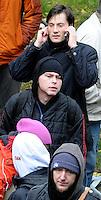 """Nazi Aufmarsch / Demo in Leipzig Ost - Leipziger verhindert den Zug durch die Stadt mit Blockade am S-Bahnhof Sellerhausen - unter dem Motto """"Leipzig nimmt Platz"""" nahmen Hunderte Leipziger an der bunten Gegenveranstaltung teil - sie schafften es den Start des Aufmarsches solange zu verhindern bis die Polizei die Kundgebung für beendet erklärte - in diesem Moment (ca. 16:40) eskalierte die Situation auf Seiten der Sympathiesanten der rechten Szene - Steine und Flaschen flogen - die Polizei bekam die Situation rasch wieder unter Kontrolle - im Bild:  Ordnungsbürgermeister Heiko Rosenthal ist per telefon über die Lage informiert . Foto: Norman Rembarz..Norman Rembarz , ASV-Autorennummer 41043728 , Holbeinstr. 14, 04229 Leipzig, Tel.: 01794887569, Hypovereinsbank: BLZ: 86020086, KN: 357889472, St.Nr.: 231/261/06432 - Jegliche kommerzielle Nutzung ist honorar- und mehrwertsteuerpflichtig! Persönlichkeitsrechte sind zu wahren. Es wird keine Haftung übernommen bei Verletzung von Rechten Dritter. Autoren-Nennung gem. §13 UrhGes. wird verlangt. Weitergabe an Dritte nur nach  vorheriger Absprache.."""