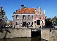 Franeker. Rechts het Korendragershuisje uit de zeventiende eeuw