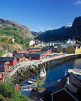 Norwegen, Nordland, Lofoten, Nusfjord: Fischerdorf mit den typ. bunten Holzhaeusern | Norway, Nordland, Lofoten Islands, Nusfjord: fishing village