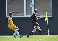 WS LAUWE - RC LAUWE :<br /> Emile Deltombe (R) kan de bal ontzetten voor de ogen van Karim Yajeddine (L)<br /> <br /> Foto VDB / Bart Vandenbroucke