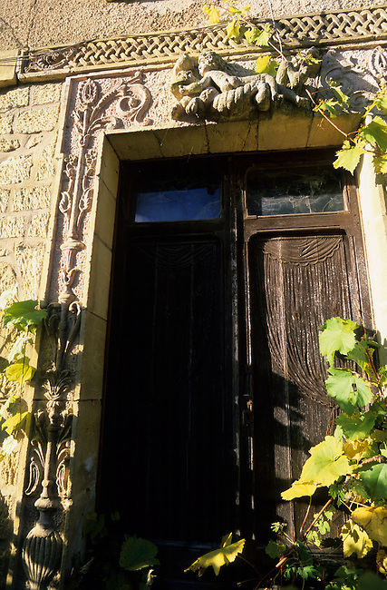 FRANCE, DORDOGNE AREA, FONT DE GAUME VILLAGE, DETAIL OF WINDOW