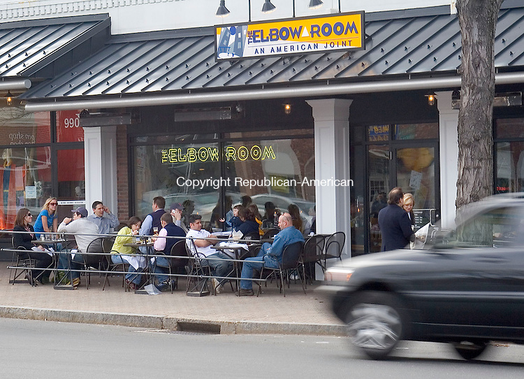 WEST HARTFORD, CT- 19 APRIL 2007- 041907JW02.jpg -- Many of the eateries along Route 4 in the central business area feature sidewalk seating for customers to lounge. Jonathan Wilcox Republican-American