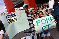 SAO PAULO,SP - 01.11.14 - PROTESTO IMPEACHMENT DILMA - Familia participa do protesto neste sabado(01). Manifestantes fazem protesto em frente ao MASP na Avenida Paulista para pedir  o Impeachment da então reeleita presidente da Republica Dilma Roussef por conta dos inumeros casos de corrupçao e pedir a recontagem dos votos dados a ela..( Foto: Aloisio Mauricio / Brazil Photo Press )