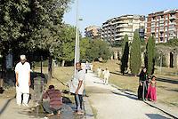 Roma, 17 Luglio 2015<br /> La comunità musulmana di Tor Pignattara affolla i giardini di Largo Pettazzoni, per la preghiera di Eid al-Fitr che segna la fine del mese di digiuno del Ramadan.<br /> Le abluzioni alla fontanella.<br /> Rome, July 17, 2015. <br /> Muslim immigrants crowd the garden of Tor Pignattara, in  multi-ethnic quarter, for the Eid al-Fitr prayer marks the end of the holy month of Ramadan.