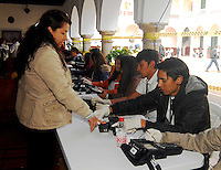 TUNJA -COLOMBIA. 25-05-2014. Colombianos ejercen su derecho al voto en Tunja, Boyacá, durante la jornada de elecciones Presidenciales en en Colombia que se realizan hoy 25 de mayo de 2014 en todo el país./ Colombian people exerts their right to vote in Tunja, Boyaca,  during the day of Presidential elections in Colombia that made today May 25, 2014 across the country. Photo: VizzorImage / Jose M Palencia /Str