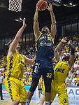 """02.06.2019, EWE Arena, Oldenburg, GER, easy Credit-BBL, Playoffs, HF Spiel 1, EWE Baskets Oldenburg vs ALBA Berlin, im Bild<br /> Johannes TIEMANN (ALBA Berlin #32 ) Rashid MAHALBASIC (EWE Baskets Oldenburg #24 ) William""""Will"""" CUMMINGS (EWE Baskets Oldenburg #3 )<br /> <br /> Foto © nordphoto / Rojahn"""
