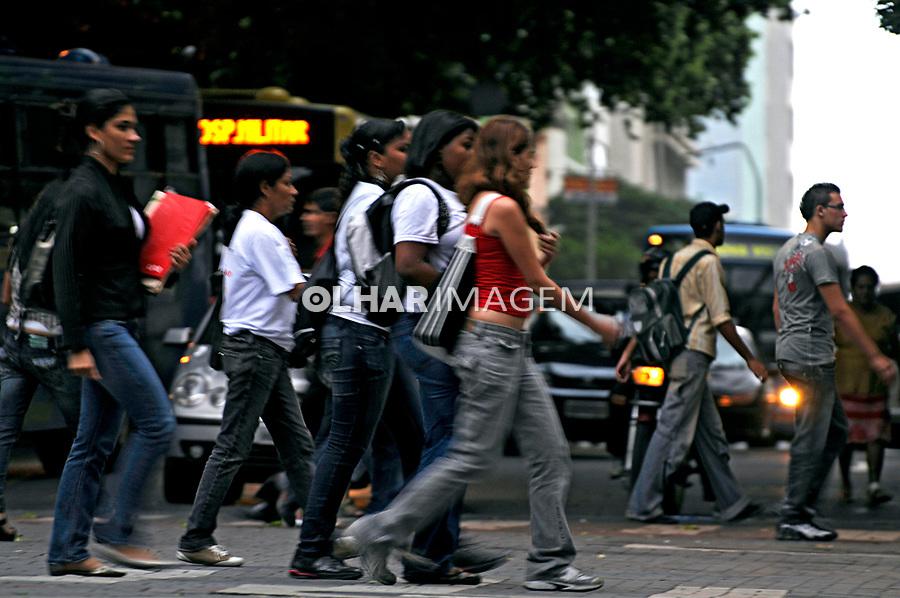 Travessia de pedestres em Belo Horizonte. Minas Gerais. 2009. Foto de Rogério reis.