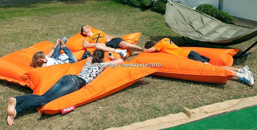 17-06-10, Tennis, Rosmalen, Unicef Open,  Relaxing in a fatboy