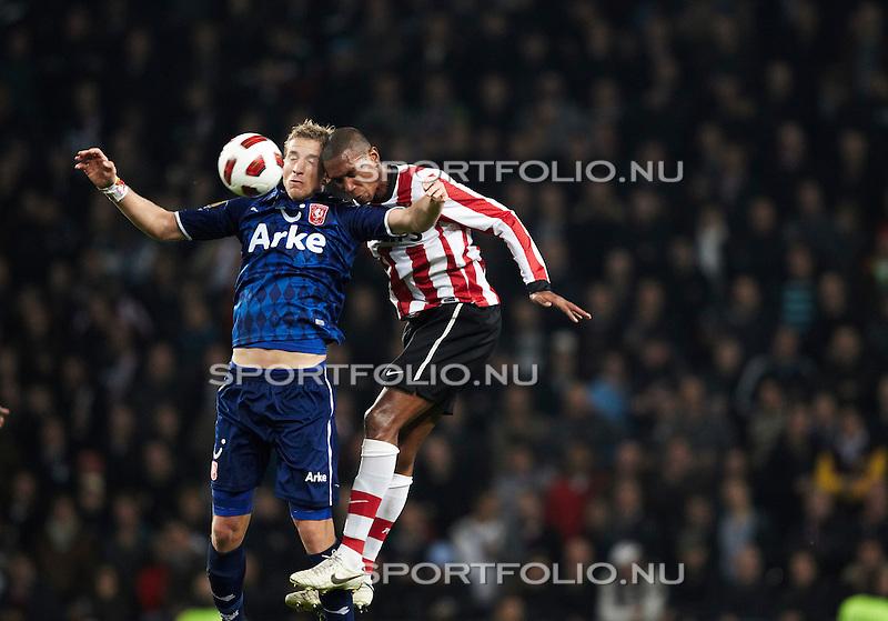 Nederland, Eindhoven, 30 oktober 2010 .Eredivisie .Seizoen 2010-2011 .PSV-FC Twente (0-1) .Marc Janko (l) van FC Twente en Marcelo van PSV strijden in de lucht om de bal..