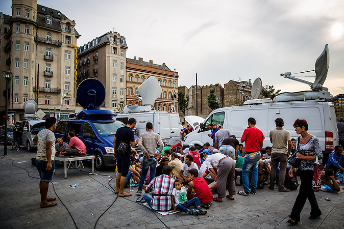 Internationale Presse berichtet über die Flüchtlingssituation am Bahnhof Keleti in Budapest. // International reporting about the situation of the refugees in Budapest