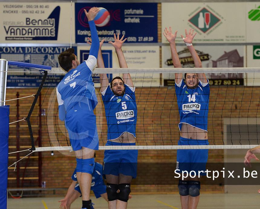 Packo Zedelgem - Olva Brugge  : Jens Brys (links) met de aanval tegenover het blok van Packo met Sam Beuselinck (5) en Mathijs Bonne (14)<br /> Foto VDB / Bart Vandenbroucke