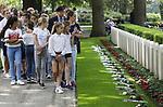 Foto: VidiPhoto<br /> <br /> RHENEN &ndash; Op ereveld de Grebbeberg in Rhenen zijn vrijdagmiddag voor het eerst in de geschiedenis de Nederlandse oorlogsvliegers van de beroemde RAF herdacht. Van het zogenoemde Dutch 320 squadron RAF liggen 25 piloten begraven op de Grebbeberg. Hiermee is een wens in vervulling gekomen van de vorig jaar in de VS overleden staartschutter Edward Hoenson. Hoenson vloog 89 oorlogsmissies en was drager van het Vliegerkruis. Hij overleed op 27 november 2017. Bij de herdenkingsbijeenkomst waren nabestaanden en drie veteranen. Onder andere de 98-jarige Andr&eacute; Hissink, een oud kameraad en strijdmakker van Hoenson, kwam over uit Canada. In totaal zijn 156 Nederlandse vliegeniers gesneuveld in de Tweede Wereldoorlog, van wie er 56 nog als vermist staan geregistreerd. Foto: Schoolkinderen krijgen uitleg bij de graven van de gesneuvelde piloten.