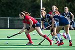 AMSTELVEEN  - Caroline Hollema (Lar)  met Gabi Nance (Pin) , hoofdklasse hockeywedstrijd dames Pinole-Laren (1-3). COPYRIGHT  KOEN SUYK