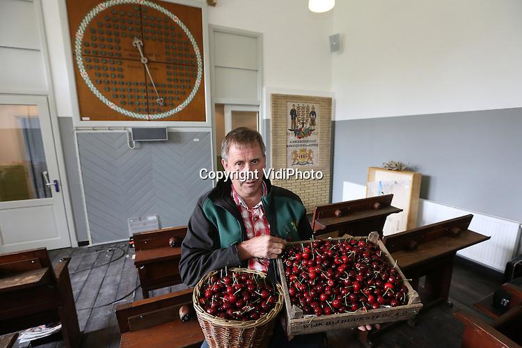 Foto: VidiPhoto<br /> <br /> COTHEN - Theo Vernooij in zijn kersenmuseum-in-aanbouw.
