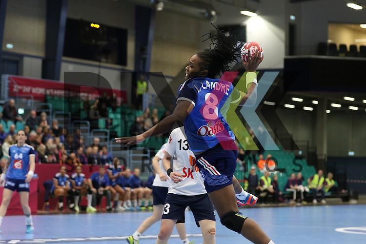 Kolding (DK), 07.12.15, Sport, Handball, 22th Women's Handball World Championship, Vorrunde, Gruppe C, S&uuml;d Korea-Frankreich : Laurisa Landre (Frankreich, #08)<br /> <br /> Foto &copy; PIX-Sportfotos *** Foto ist honorarpflichtig! *** Auf Anfrage in hoeherer Qualitaet/Aufloesung. Belegexemplar erbeten. Veroeffentlichung ausschliesslich fuer journalistisch-publizistische Zwecke. For editorial use only.