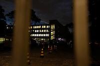CURITIBA, PR, 07.11.2016 - EDUCAÇÃO-PR –  Polia Militar, representantes da OAB acompanhada da Oficial de Justiça chegam para realização reintegração de posse no Colégio Estadual do Paraná na noite desta segunda feira (07) em Curitiba (PR). (Foto: Paulo Lisboa/Brazil Photo Press)