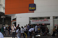 SÃO PAULO, SP - 07.10.2015 - GREVE-BANCARIO - Agencias bancarias do bairro da Liberdade no centro da cidade de São Paulo permanecem apenas com o auto atendimento em funcionamento nesta quarta-feira (07). A greve nacional dos bancários entra em seu segundo dia, mantendo apenas sistemas de auto atendimento em operação. (Foto: Fabricio Bomjardim / Brazil Photo Press)