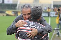 SÃO PAULO, SP, 25 DE FEVEREIRO DE 2012 - CAMPEONATO PAULISTA - CORINTHIANS x BOTAFOGO SP - Tecnico Tite (e) e Vagner Benazzi (d)  durante partida Corinthians x Botafogo SP válida pela 10ª rodada do Campeonato Paulista no Estádio Paulo Machado de Carvalho (Pacaembu). FOTO: LEVI BIANCO - BRAZIL PHOTO PRESS