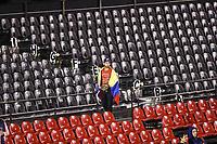 Un aficionado de Venezuela observa el partido desde las gradas del lado izquierdo del estadio, durante el partido de desempate Italia vs Venezuela, World Baseball Classic en estadio Charros de Jalisco en Guadalajara, Mexico. Marzo 13, 2017. (Photo: AP/Luis Gutierrez)